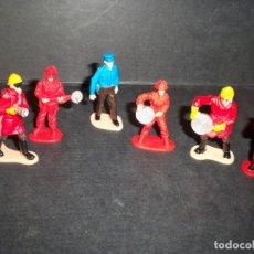 Figuras de Goma y PVC: FIGURAS ANTIGUAS BOMBEROS MECANICOS POLICIA MAQUETA O DIORAMA. Lote 149588842