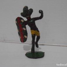Figuras de Borracha e PVC: FIGURA GUERRERO CON ESCUDO ARCLA, AFRICA SALVAJE 1955. Lote 172360664