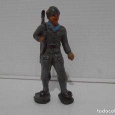 Figuras de Goma y PVC: FIGURA SOLDADO CON FUSIL AL HOMBRO, GOMA, FABRICANTE DESCONOCIDO. Lote 172364304