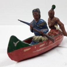 Figuras de Goma y PVC: CANOA INDIA CON REMERO Y EXPLORADOR . REALIZADA POR GAMA . AÑOS 50 EN GOMA. Lote 172874535