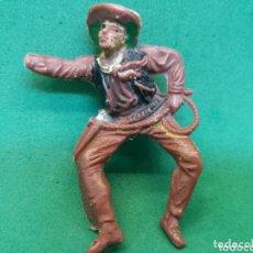 Figuras de Borracha e PVC: ANTIGUA FIGURA DEL OESTE EN PLÁSTICO. SERIE VAQUEROS A CABALLO. JINETE COWBOY. DEFECTUOSA. Lote 173472313