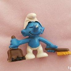 Figuras de Goma y PVC: FIGURA CON CEPILLO Y PALA SCHLEICH 1983 MADE IN PORTUGAL SMURFS PUFFI SCHLUMPFE. Lote 173561145