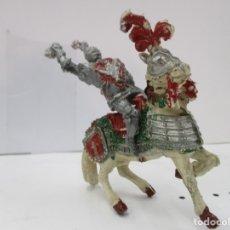 Figuras de Goma y PVC: CABALLERO MEDIEVAL CRUZADO - MAZA Y ESCUDO ROJO - CABALLO BLANCO - ORIGINAL LAFREDO. Lote 175102323