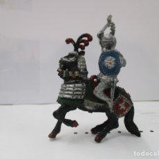 Figuras de Goma y PVC: CABALLERO MEDIEVAL CRUZADO - HACHA Y ESCUDO AZUL - CABALLO NEGRO - ORIGINAL LAFREDO. Lote 175102540