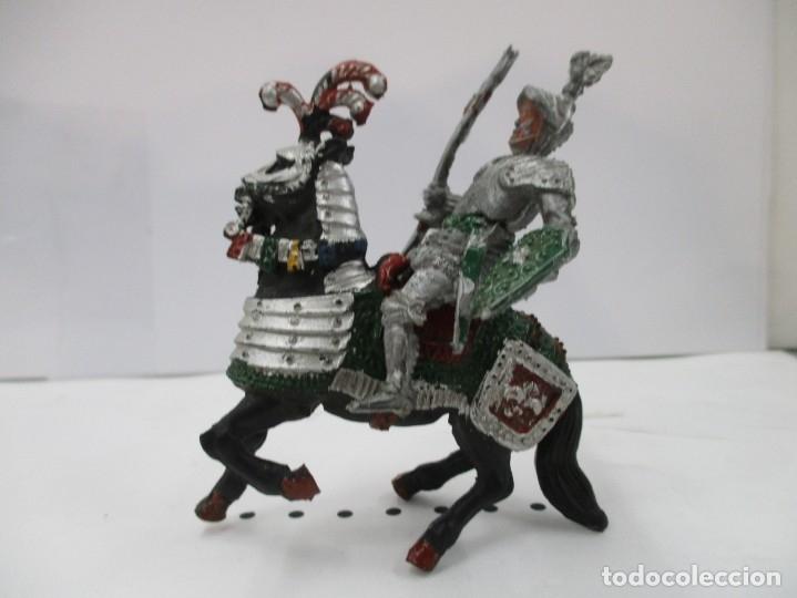 CABALLERO MEDIEVAL CRUZADO - ESTANDARTE Y ESCUDO VERDE - CABALLO NEGRO - ORIGINAL LAFREDO (Juguetes - Figuras de Goma y Pvc - Lafredo)