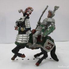 Figuras de Goma y PVC: CABALLERO MEDIEVAL CRUZADO - ESTANDARTE Y ESCUDO VERDE - CABALLO NEGRO - ORIGINAL LAFREDO. Lote 175102592
