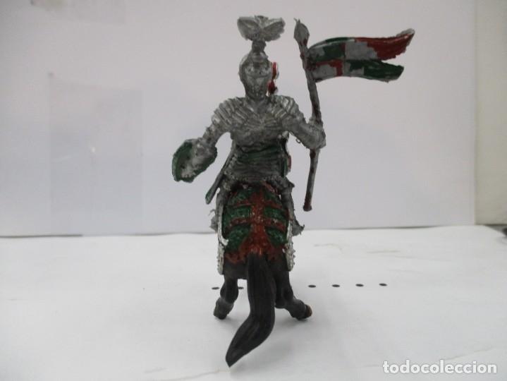 Figuras de Goma y PVC: CABALLERO MEDIEVAL CRUZADO - ESTANDARTE Y ESCUDO VERDE - CABALLO NEGRO - ORIGINAL LAFREDO - Foto 3 - 175102592