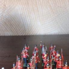 Figuras de Goma y PVC: 27 SOLDADOS DE PLÁSTICO DE LA MARCA BRITAINS DE LA GUARDIA REAL INGLESA, CINCO PARA RESTAURAR. Lote 175491277