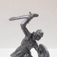 Figuras de Goma y PVC: GUERRERO MEDIEVAL . REALIZADO EN LOS AÑOS 60 / 70 . EN PLASTICO MONOCOLOR. Lote 175997048