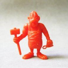 Figuras de Goma y PVC: FIGURA DE PLÁSTICO NARANJA DUNKIN DE ASTERIX DE UN ROMANO - DARGAUD EN MARTILLO Y TITO EN LA BASE. Lote 176075549