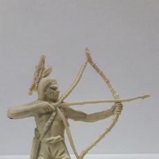 Figuras de Goma y PVC: GUERRERO INDIO CON ARCO . REALIZADO POR COMANSI . AÑOS 60 / 70 EN PLASTICO MONOCOLOR. Lote 176268892