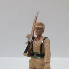 Figuras de Goma y PVC: SOLDADO DE REGULARES EN DESFILE . REALIZADO REAMSA . AÑOS 60. Lote 176359085