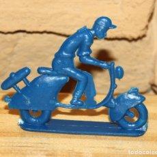 Figuras de Goma y PVC: PIPERO - FIGURA SEMIPLANA - SEÑOR EN VESPA - AZUL - PLASTICO - AÑOS 60 - MOTO MOTOCICLISTA . Lote 176463452