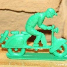 Figuras de Goma y PVC: PIPERO - FIGURA SEMIPLANA - SEÑOR EN VESPA - VERDE - PLASTICO - AÑOS 60 - MOTO MOTOCICLISTA. Lote 176463570
