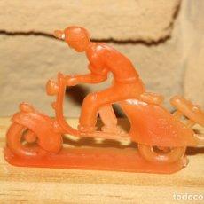 Figuras de Goma y PVC: PIPERO - FIGURA SEMIPLANA - SEÑOR EN VESPA - NARANJA - PLASTICO - AÑOS 60 - MOTO MOTOCICLISTA. Lote 176463608