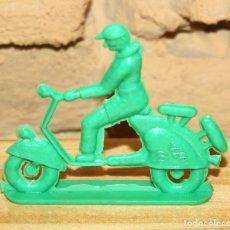Figuras de Goma y PVC: PIPERO - FIGURA SEMIPLANA - SEÑOR EN VESPA - VERDE - PLASTICO - AÑOS 60 - MOTO MOTOCICLISTA. Lote 176463669
