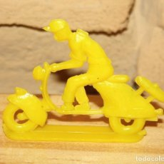 Figuras de Goma y PVC: PIPERO - FIGURA SEMIPLANA - SEÑOR EN VESPA - AMARILLO - PLASTICO - AÑOS 60 - MOTO MOTOCICLISTA. Lote 176463693