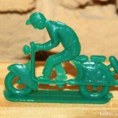 Figuras de Goma y PVC: PIPERO - FIGURA SEMIPLANA - SEÑOR EN VESPA - VERDE - PLASTICO - AÑOS 60 - MOTO MOTOCICLISTA. Lote 176463699