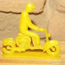 Figuras de Goma y PVC: PIPERO - FIGURA SEMIPLANA - SEÑOR EN MOTOCICLETA - AMARILLO - PLASTICO - AÑOS 60 - MOTO MOTOCICLISTA. Lote 176463720