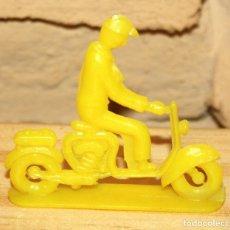 Figuras de Goma y PVC: PIPERO - FIGURA SEMIPLANA - SEÑOR EN MOTOCICLETA - AMARILLO - PLASTICO - AÑOS 60 - MOTO MOTOCICLISTA. Lote 176463760