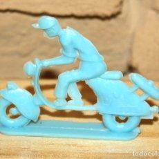 Figuras de Goma y PVC: PIPERO - FIGURA SEMIPLANA - SEÑOR EN VESPA - AZUL - PLASTICO - AÑOS 60 - MOTO MOTOCICLISTA. Lote 176463779