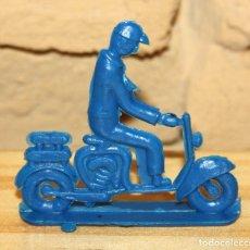 Figuras de Goma y PVC: PIPERO - FIGURA SEMIPLANA - SEÑOR EN MOTOCICLETA - AZUL - PLASTICO - AÑOS 60 - MOTO MOTOCICLISTA. Lote 176463805
