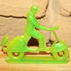 Figuras de Goma y PVC: PIPERO - FIGURA SEMIPLANA - SEÑOR EN VESPA - VERDE - PLASTICO - AÑOS 60 - MOTO MOTOCICLISTA. Lote 176463822