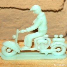 Figuras de Goma y PVC: PIPERO - FIGURA SEMIPLANA - SEÑOR EN MOTOCICLETA - AZUL VERDOSO - PLASTICO - AÑOS 60 - MOTO. Lote 176463842