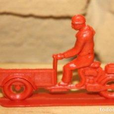 Figuras de Goma y PVC: PIPERO - FIGURA SEMIPLANA - SEÑOR EN MOTOCARRO - ROJO - PLASTICO - AÑOS 60 - MOTO MOTOCICLISTA. Lote 176463850