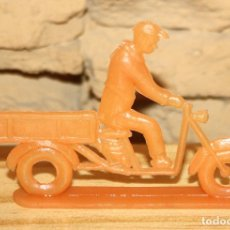 Figuras de Goma y PVC: PIPERO - FIGURA SEMIPLANA - SEÑOR EN MOTOCARRO - NARANJA - PLASTICO - AÑOS 60 - MOTO MOTOCICLISTA. Lote 176466774