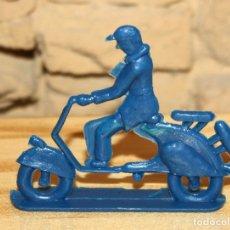 Figuras de Goma y PVC: PIPERO - FIGURA SEMIPLANA - SEÑOR EN VESPA - AZUL - PLASTICO - AÑOS 60 - MOTO MOTOCICLISTA. Lote 176466893