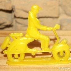 Figuras de Goma y PVC: PIPERO - FIGURA SEMIPLANA - SEÑOR EN VESPA - AMARILLO - PLASTICO - AÑOS 60 - MOTO MOTOCICLISTA. Lote 176466913