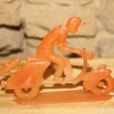 Figuras de Goma y PVC: PIPERO - FIGURA SEMIPLANA - SEÑOR EN VESPA - NARANJA - PLASTICO - AÑOS 60 - MOTO MOTOCICLISTA. Lote 176466932