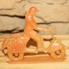 Figuras de Goma y PVC: PIPERO - FIGURA SEMIPLANA - SEÑOR EN VESPA - NARANJA - PLASTICO - AÑOS 60 - MOTO MOTOCICLISTA. Lote 176466952
