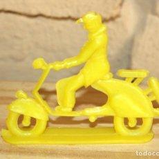Figuras de Goma y PVC: PIPERO - FIGURA SEMIPLANA - SEÑOR EN VESPA - AMARILLO - PLASTICO - AÑOS 60 - MOTO MOTOCICLISTA. Lote 176496093