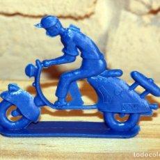 Figuras de Goma y PVC: PIPERO - FIGURA SEMIPLANA - SEÑOR EN VESPA - AZUL - PLASTICO - AÑOS 60 - MOTO MOTOCICLISTA. Lote 176496243