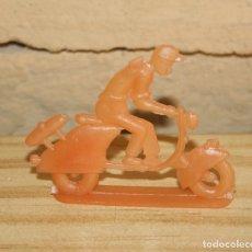 Figuras de Goma y PVC: PIPERO - FIGURA SEMIPLANA - SEÑOR EN VESPA - NARANJA - PLASTICO - AÑOS 60 - MOTO MOTOCICLISTA. Lote 176497068
