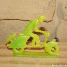 Figuras de Goma y PVC: PIPERO - FIGURA SEMIPLANA - SEÑOR EN VESPA - AMARILLO Y VERDE PLASTICO - AÑOS 60 - MOTO MOTOCICLISTA. Lote 176497243