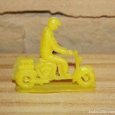 Figuras de Goma y PVC: PIPERO - FIGURA SEMIPLANA - SEÑOR EN MOTOCICLETA - AMARILLO - PLASTICO - AÑOS 60 - MOTO MOTOCICLISTA. Lote 176497900