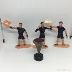 Figuras de Goma y PVC: TRIO ARBTIRAL Y TROFEO COMANSI - ANTIGUO JUEGO GRAN TROFEO DE FUTBOL - AÑOS 70. Lote 176570085