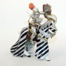 Figuras de Goma y PVC: FIGURA CABALLERO CON ARMADURA MONTADO A CABALLO - PAPO - 2006 - MEDIEVAL. Lote 177008133