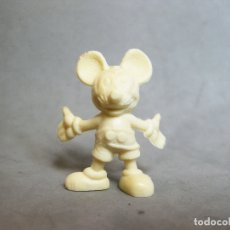 Figuras de Goma y PVC: FIGURA DE PLÁSTICO DUNKIN DE MICKEY MOUSE COLOR CREMA - WALT DISNEY. Lote 177305273