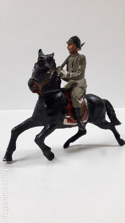 Figuras de Goma y PVC: OFICIAL ESPAÑOL A CABALLO - DESFILE DE LA VICTORIA . REALIZADO POR TEIXIDO . AÑOS 50 EN GOMA - Foto 2 - 177416464