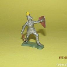 Figuras de Goma y PVC: ANTIGUO GUERRERO MEDIEVAL CON ARMADURA EN PLÁSTICO DE BRITAINS - 1960S.. Lote 178768586