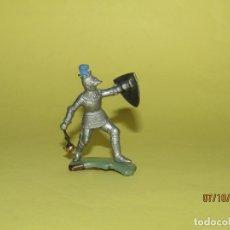 Figuras de Goma y PVC: ANTIGUO GUERRERO MEDIEVAL CON ARMADURA EN PLÁSTICO DE BRITAINS - 1960S.. Lote 178768721