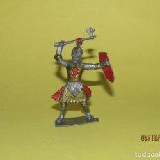 Figuras de Goma y PVC: ANTIGUO GUERRERO MEDIEVAL CON ARMADURA EN PLÁSTICO - AÑO 1960S.. Lote 178769033