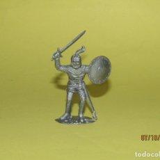 Figuras de Goma y PVC: ANTIGUO GUERRERO MEDIEVAL CON ARMADURA EN PLÁSTICO - AÑO 1960S.. Lote 178769108