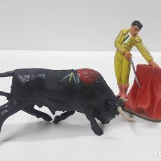 Figuras de Goma y PVC: ESCENA DE TOREO . TORERO Y TORO . REALIZADOS POR PECH . AÑOS 60. Lote 178896983