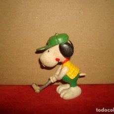Figuras de Goma y PVC: SNOOPY JUGANDO AL GOLF 6CM GOMA PVC. Lote 179108351