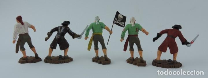 Figuras de Goma y PVC: 5 FIGURAS DE PIRATAS, REALIZADOS EN PLASTICO, PIRATA CON BANDERA, ESPADAS, MIDEN 6,5 CMS APROX. - Foto 2 - 179945075